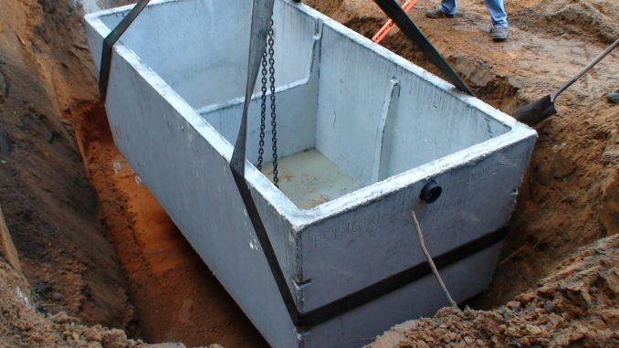 fosa septica prefabricata din beton asezata in groapa de pozitie