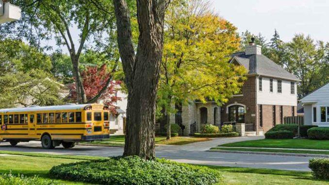 autobuz scolar in fata caselor