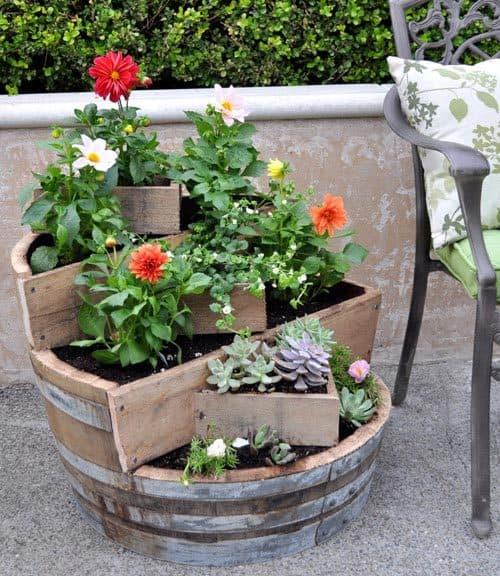 5. decoratiune flori dintr-un butoi vechi