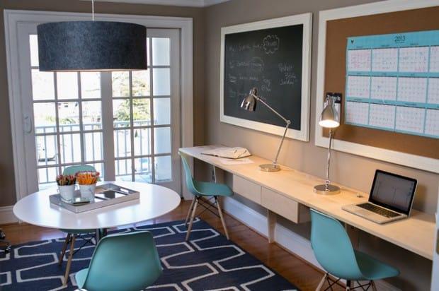 camera studenti cu tabla de scris si birouri