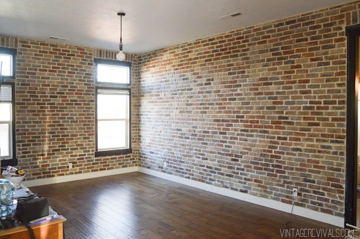 sufragerie cu pereti din caramida aparenta