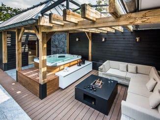 terasa din lemn cu jacuzzi si coltar
