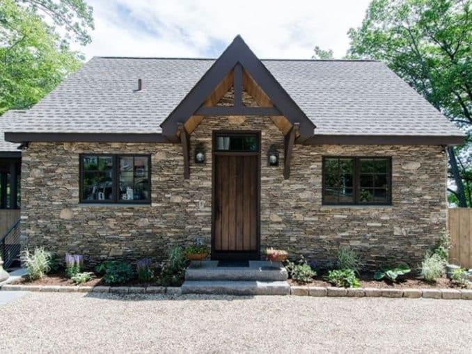 fatada casa placata cu piatra naturala sub forma de panouri