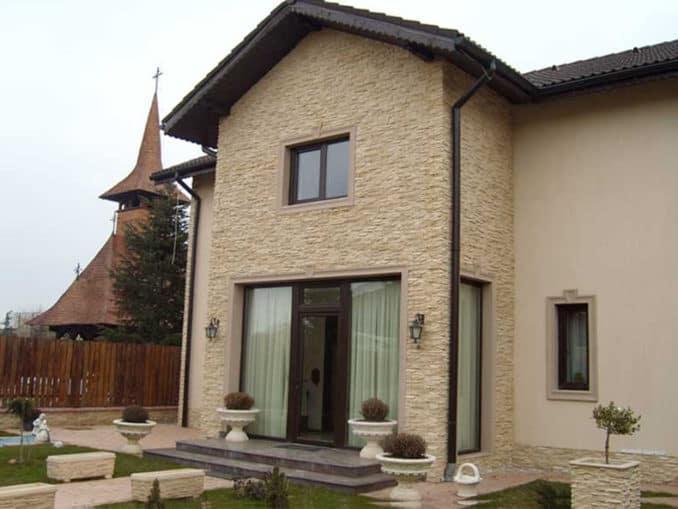 fatada casa placata cu piatra nisipoasa