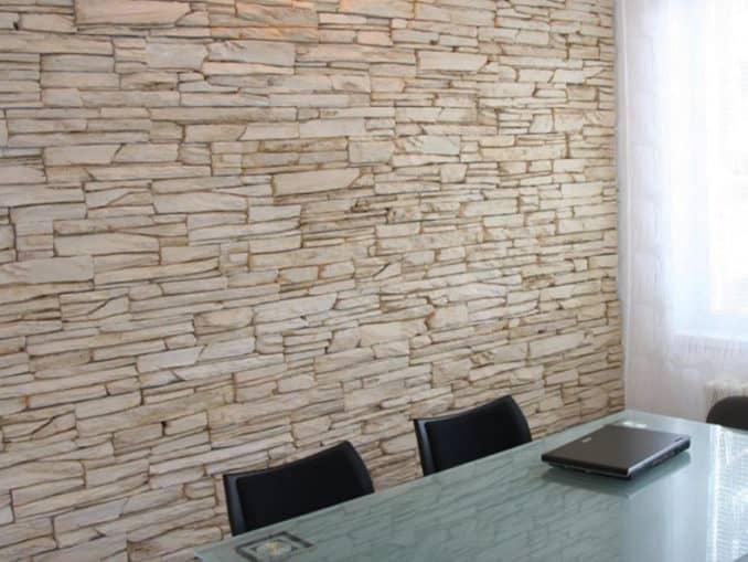 perete placat cu panouri decorative din piatra nisipoasa