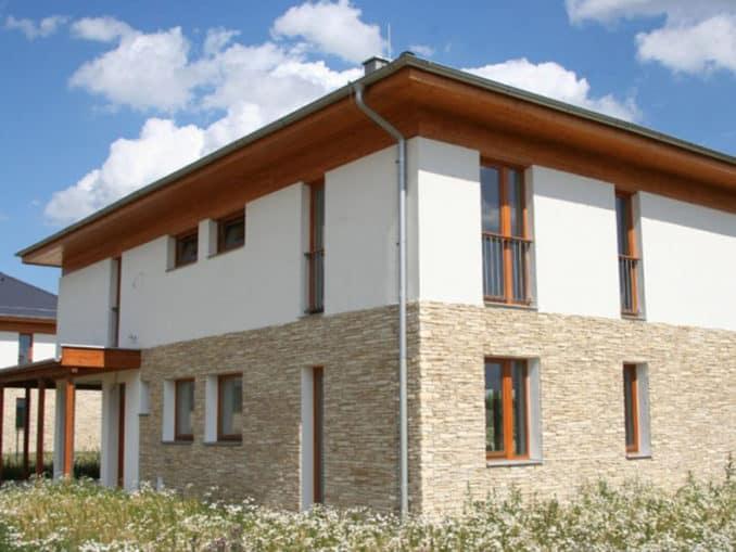 fatada casa placata cu panouri decorative