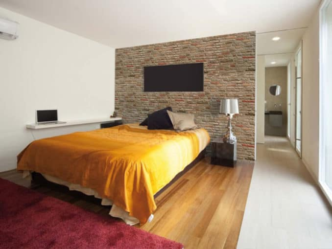 perete dormitor placat cu panouri decorative din caramida