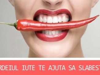 femeie care tine un ardei iute in dinti