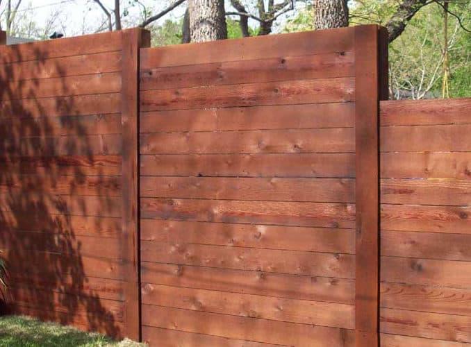 gard din lemn cu scanduri pe orizontala