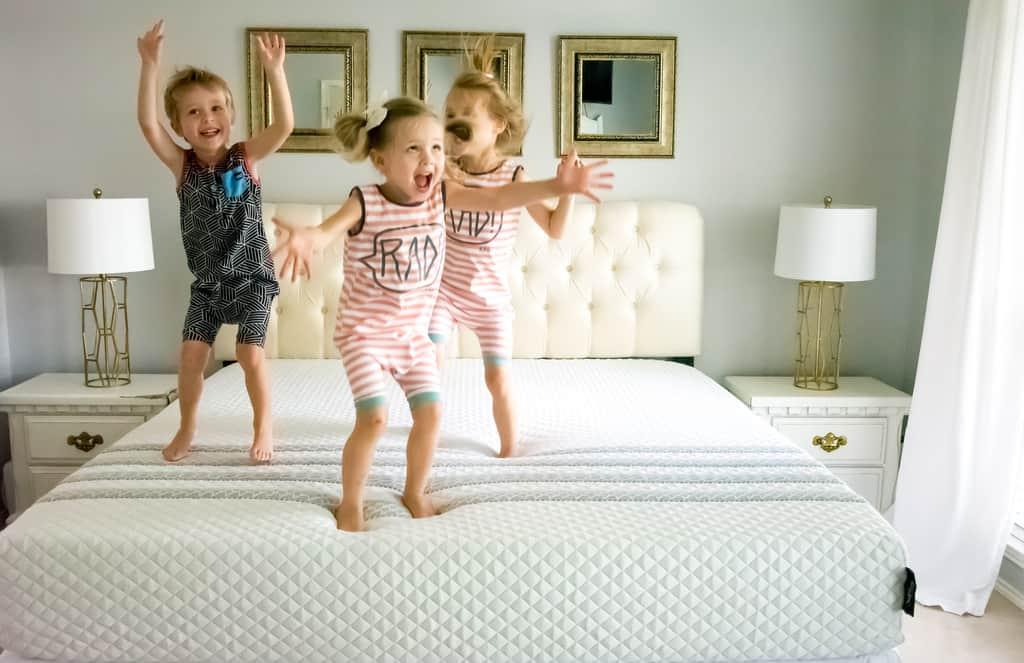 copii sarind pe saltea de pat