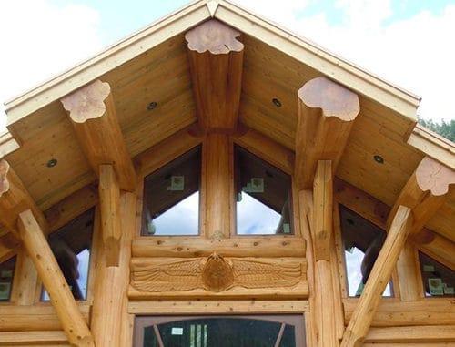 casa din busteni cu ferestre termopan