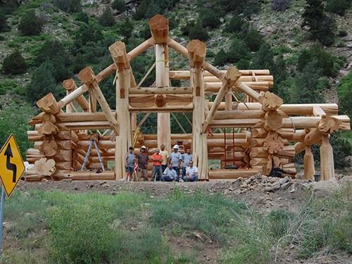 echipa de muncitori casa din busteni
