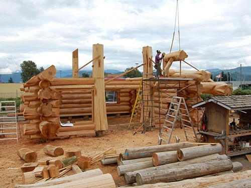 constructie casa din busteni cu macara
