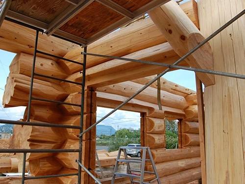 case din lemn masiv la interior cu schela