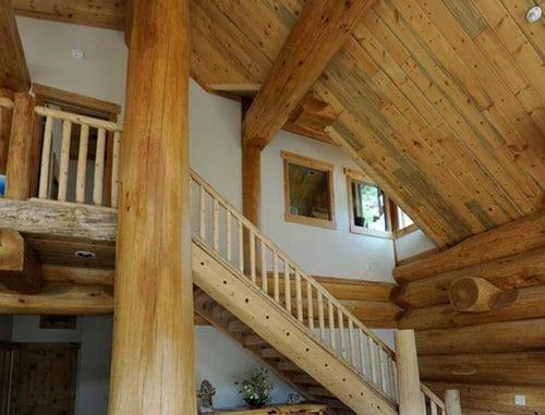 scara interioara casa din lemn