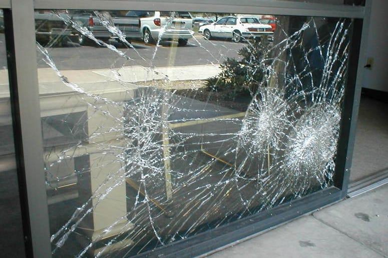 geam cu folie spart