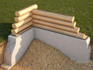 fundatie din beton armata si pereti din bile de lemn