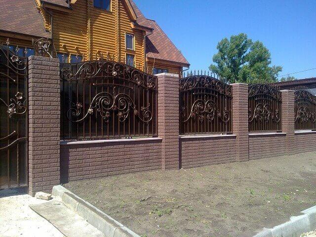 gard din caramida cu panouri din fier forjat