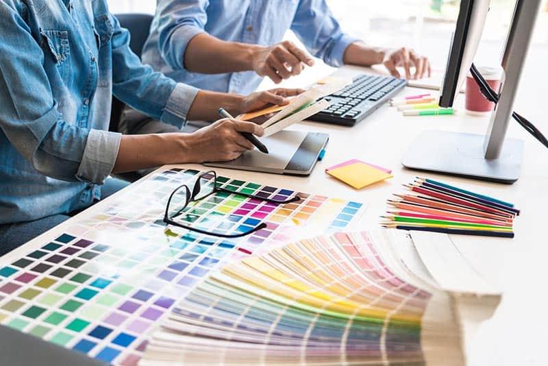 designeri combinand culori