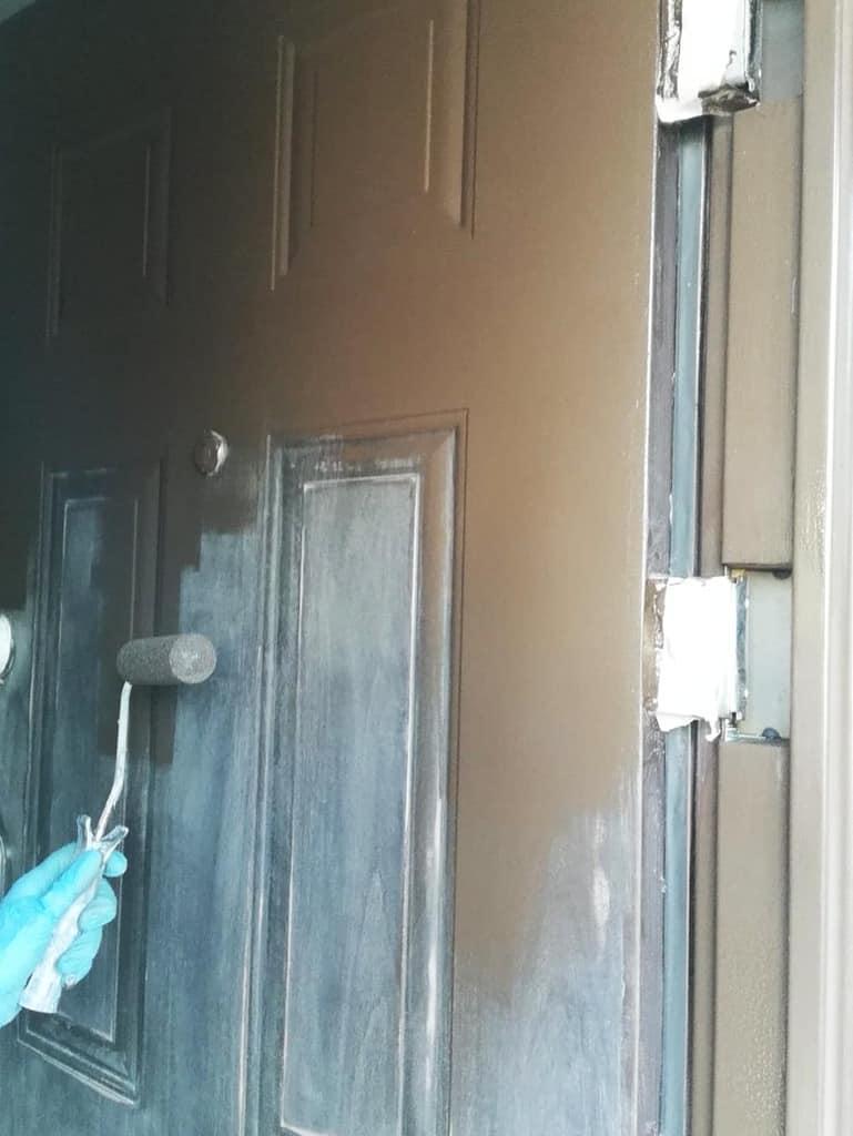 vopsire usa metalica exterior cu trafalet