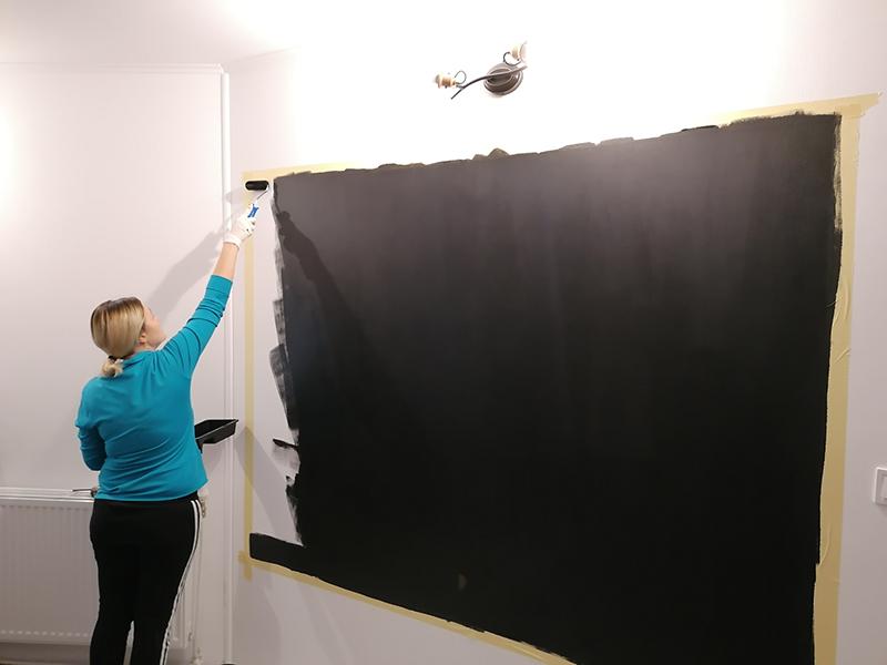 aplicare vopsea neagra pe perete